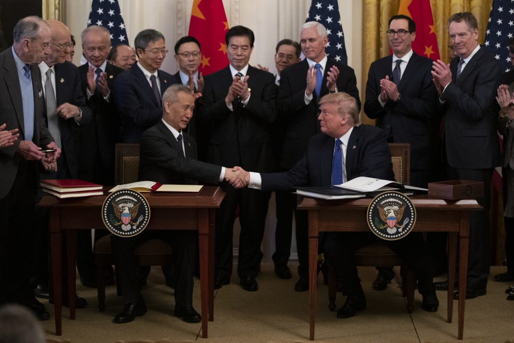 Il 15 gennaio del 2020 il presidente americano Donald Trump e il vicepremier cinese Liu He siglano la pace commerciale, avviando la fase uno dell'accordo sul commercio tra Pechino e Washington (LaPresse)
