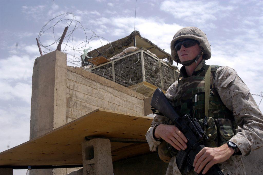 Un soldato di guardia alla Prigione di Abu Ghraib (LaPresse)