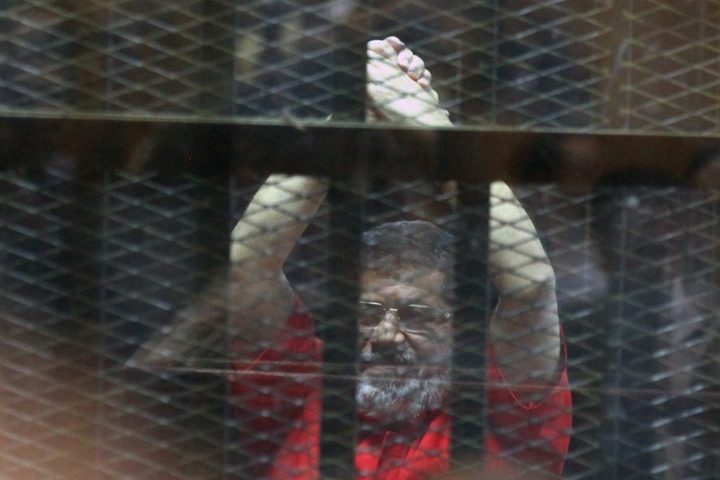 Una foto scattata il 18 giugno del 2016 che mostra l'ex presidente Morsi dietro le sbarre (LaPresse)