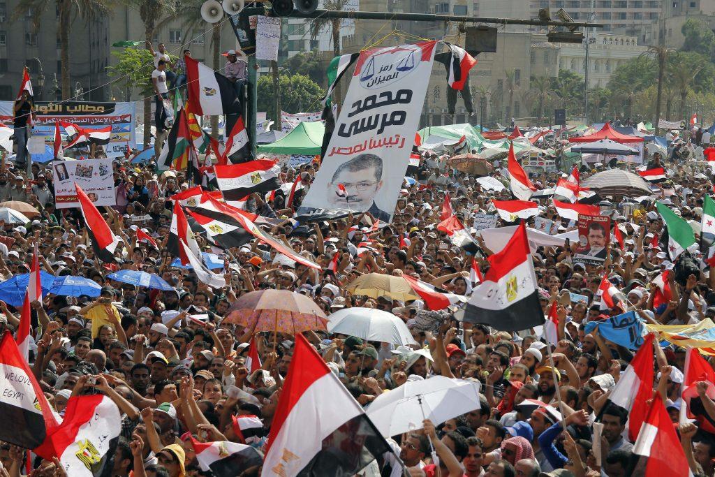 I Fratelli musulmani scendono in piazza Tahrir in favore del presidente Morsi (LaPresse)