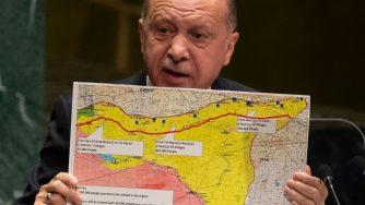 Recep Tayyip Erdogan con in mano una cartina della Siria (LaPresse)