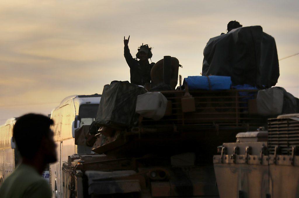Soldati turchi a Akcakale lungo il confine siriano (LaPresse)