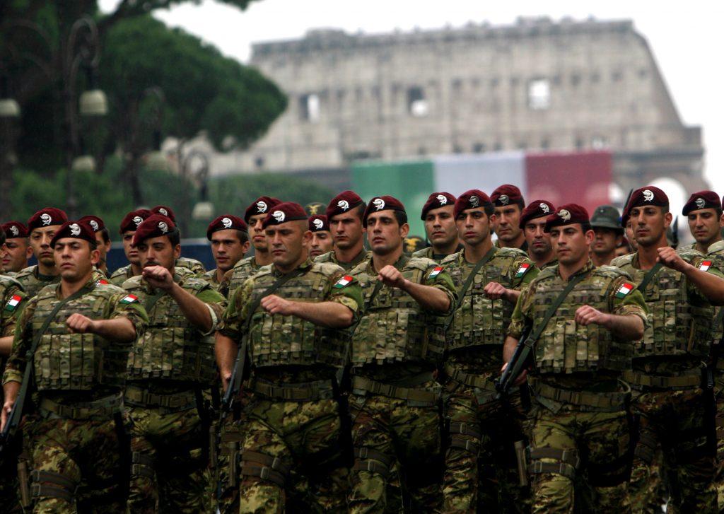 La Folgore marcia nei fori imperiali durante la Festa della Repubblica (LaPresse)