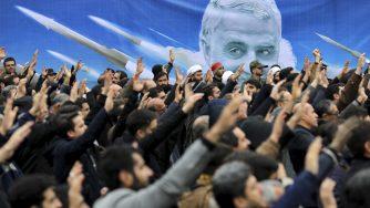 Un manifesto con il volto del generale Qassem Soleimani (LaPresse)