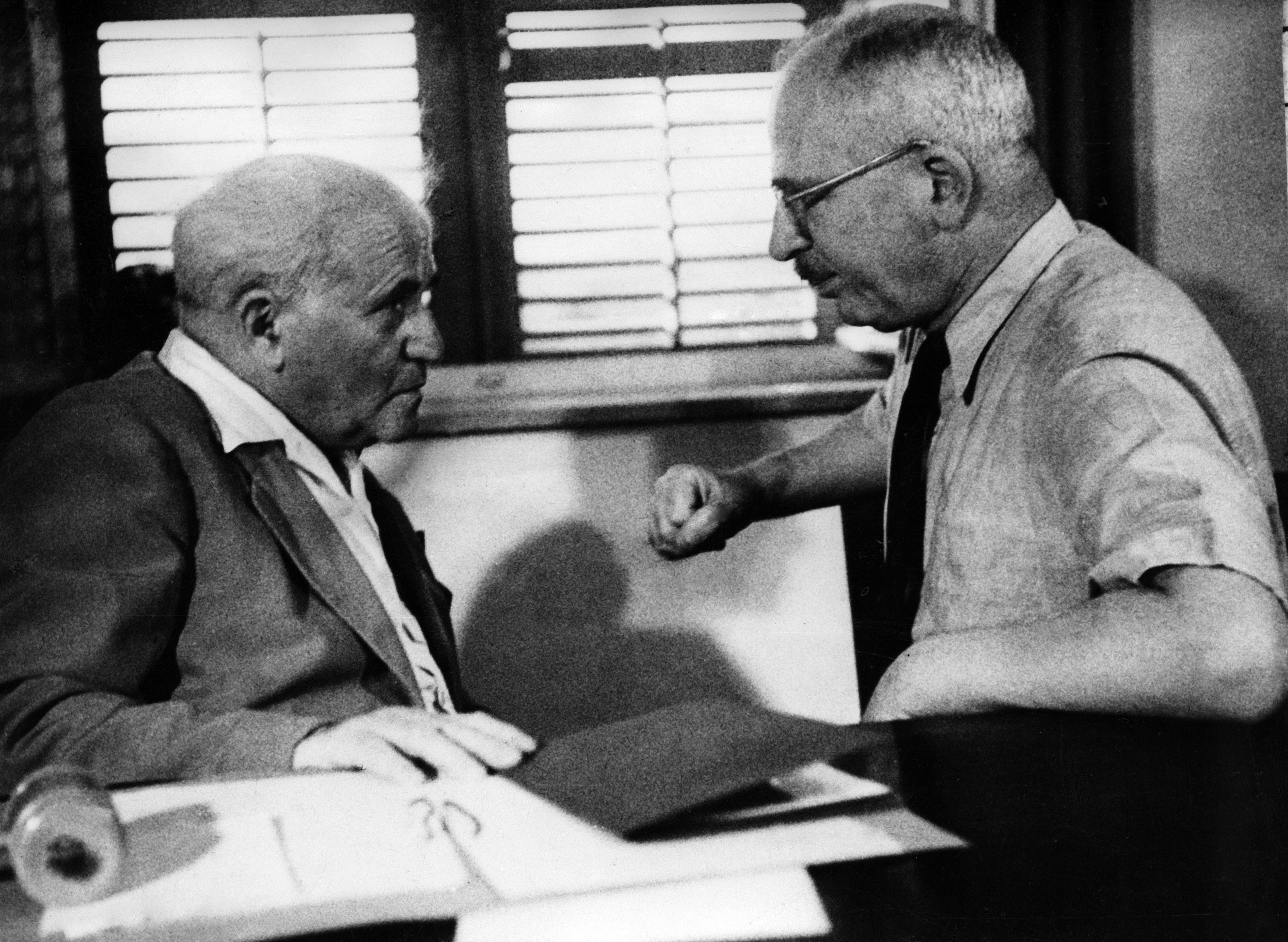 David Ben Gurion, primo ministro e ministro della Difesa, parla con Felix Rosenbluty ministro della Giustizia del primo governo di Israele (LaPresse)