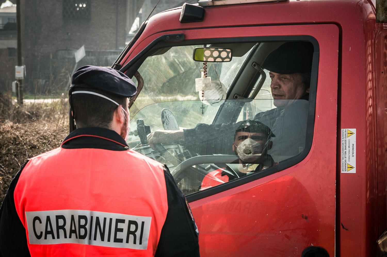 I carabinieri bloccano le persone che si avvicinano al Lodigiano (Fotogramma)