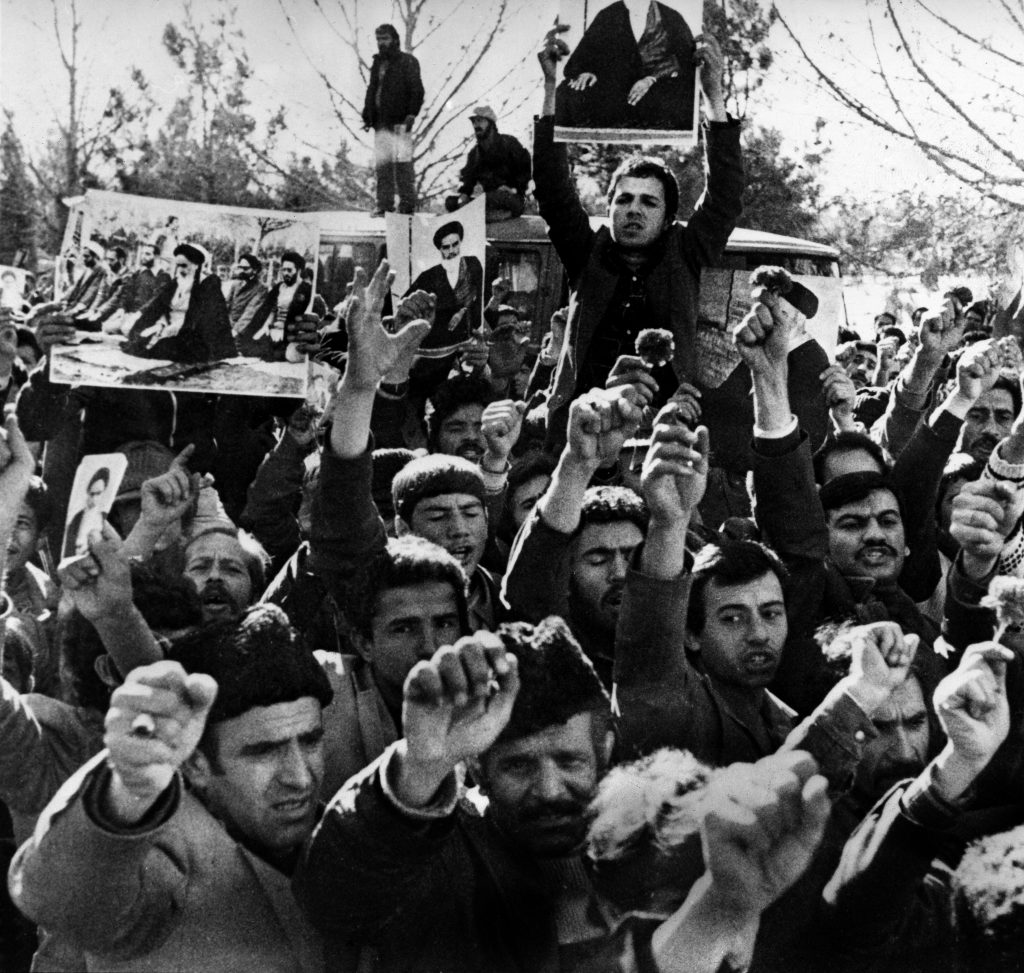 La folla inneggia al ritorno dell'ayatollah Khomeini (LaPresse)