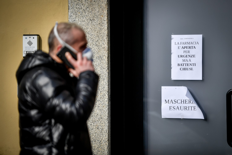 Un uomo con la mascherina cammina nelle vie di Codogno (LaPresse)