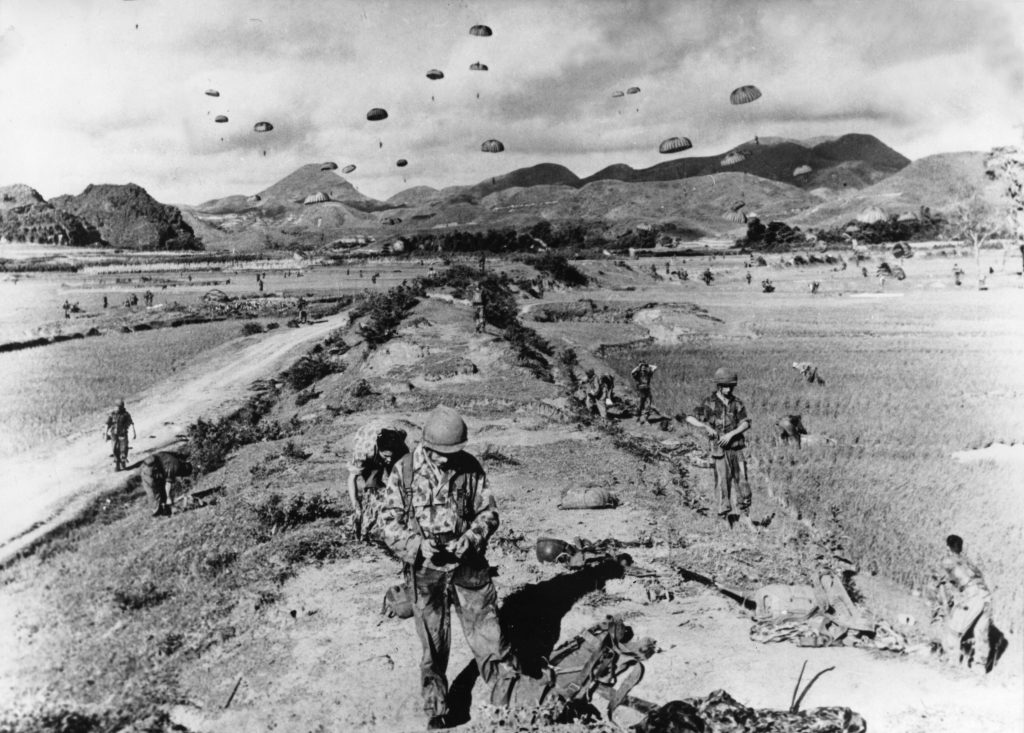 Un'immagine d'archivio dei paracadutisti francesi durante la guerra in Indocina (LaPresse)