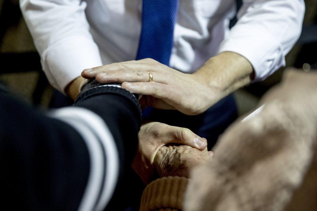 Buttigieg stringe le mani a un suo sostenitore (LaPresse)