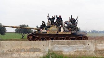 Syrian government soldiers on a tank (LaPresse)