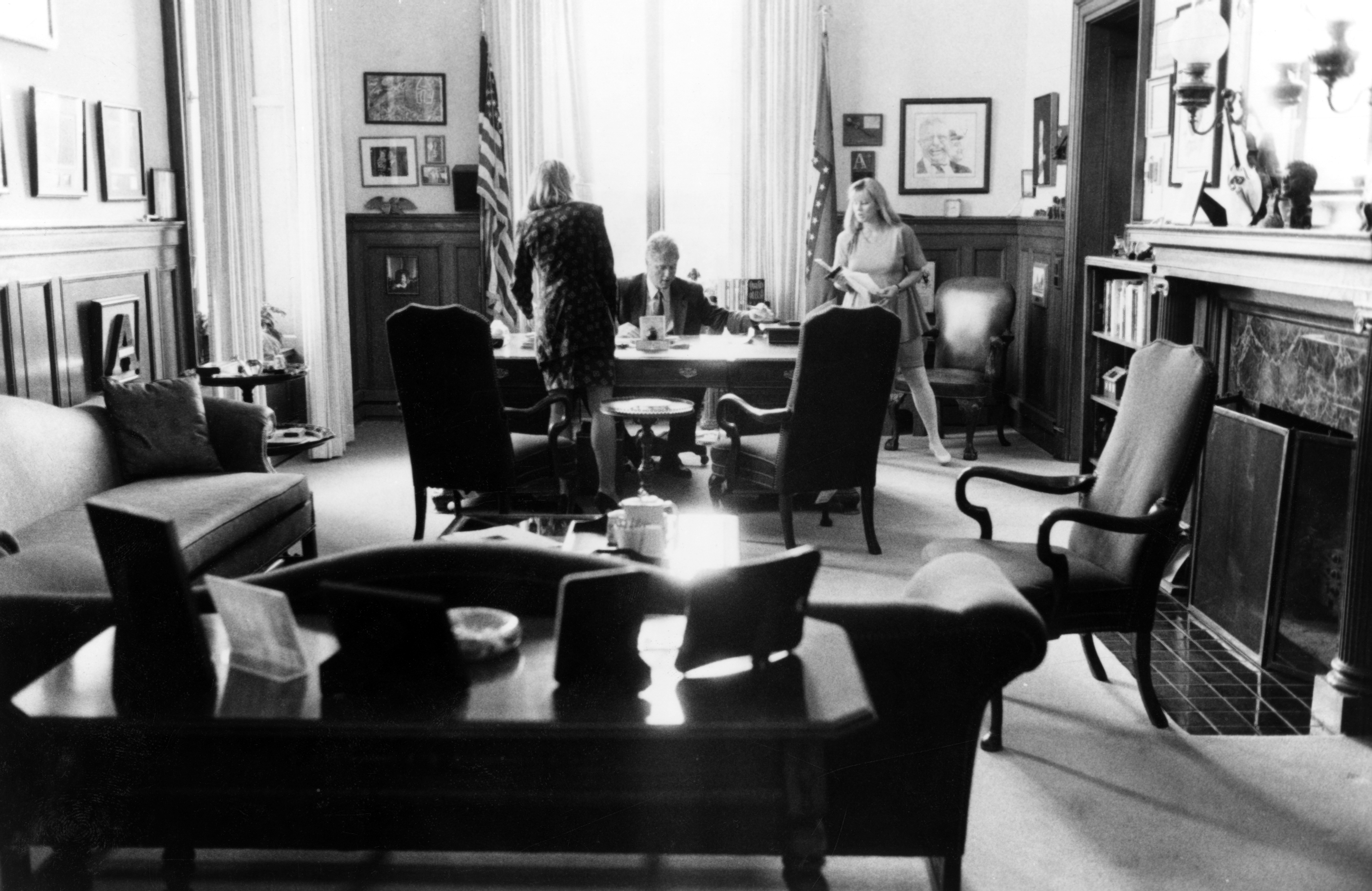 Bill Clinton nel suo ufficio (LaPresse)