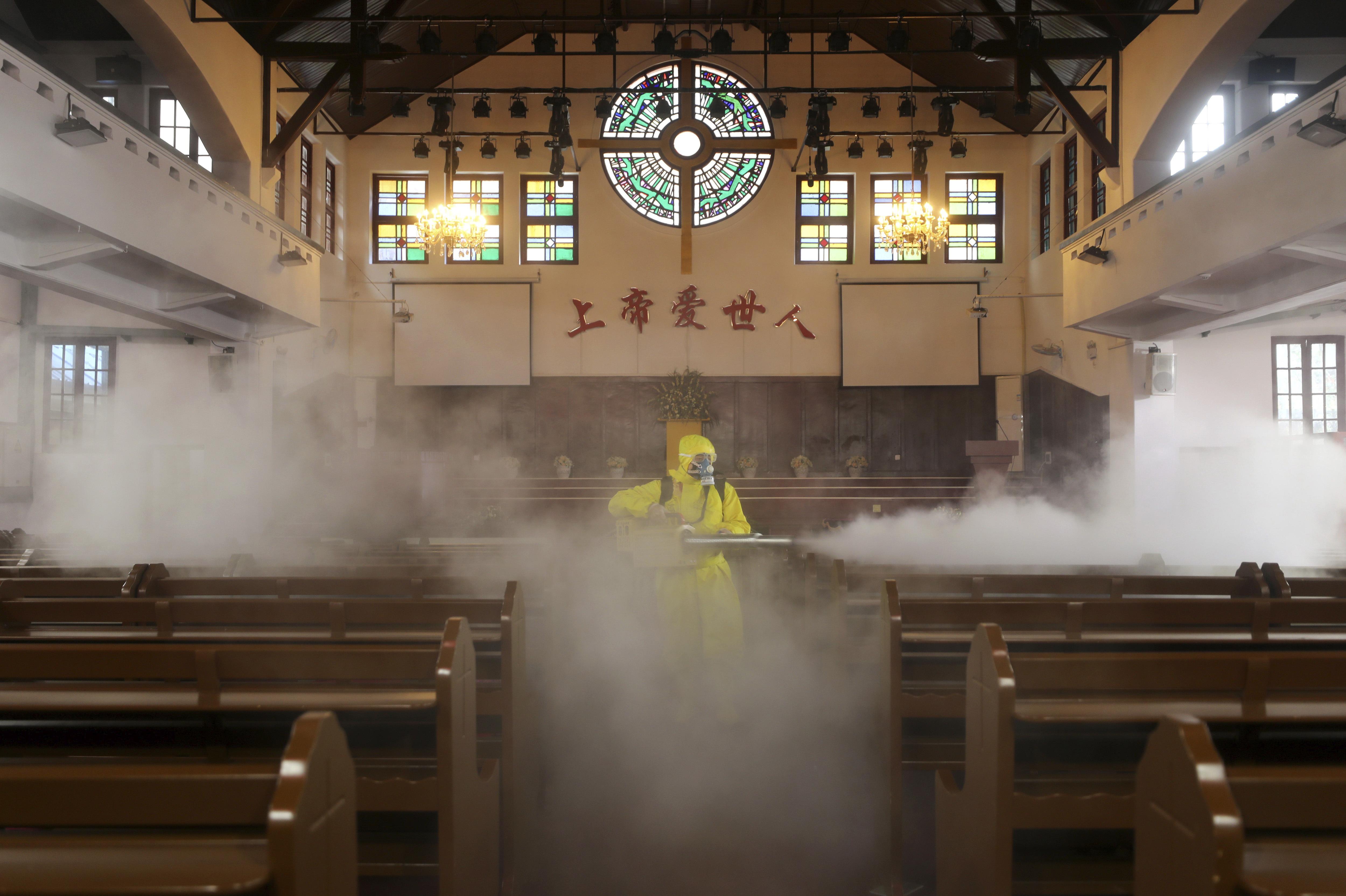Un volontario disinfetta una chiesa nella provincia dello Hubei, in Cina (LaPresse)