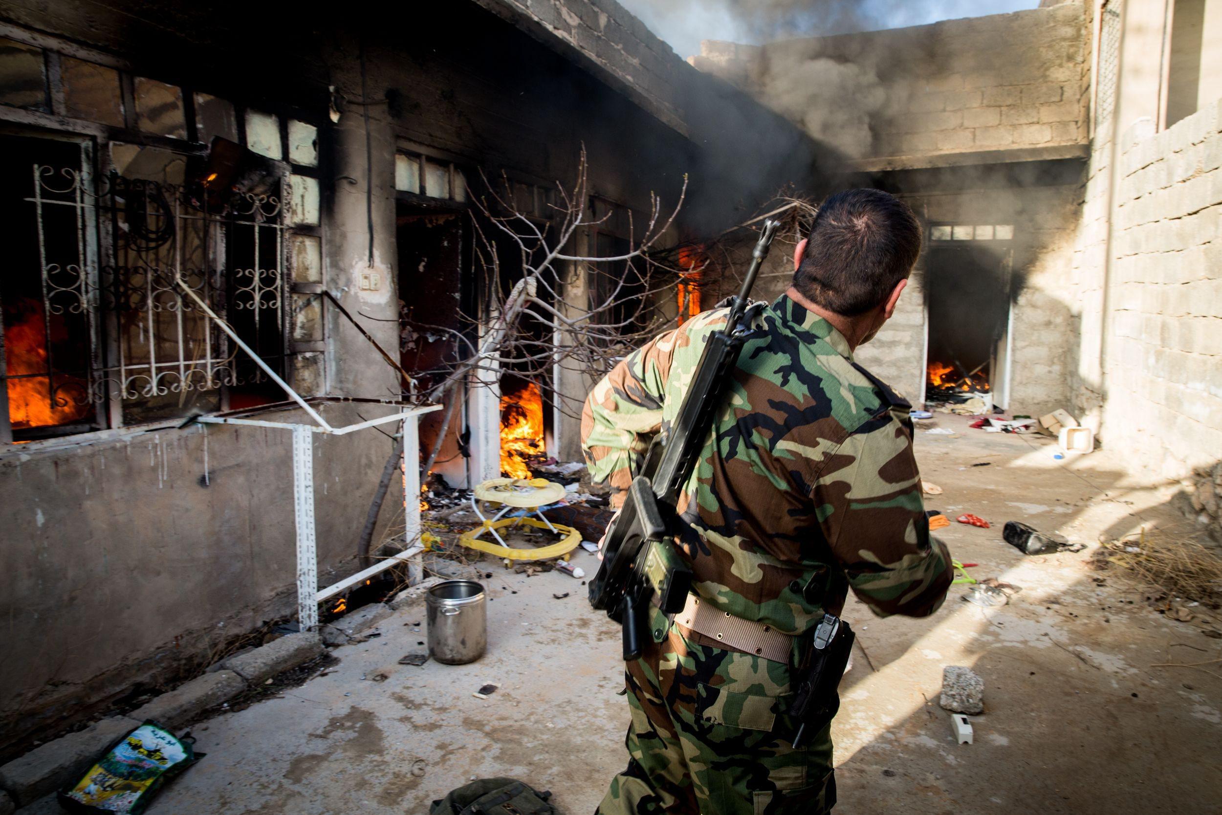 Un missile dello Stato islamico colpisce una casa a Sinjar (LaPresse)