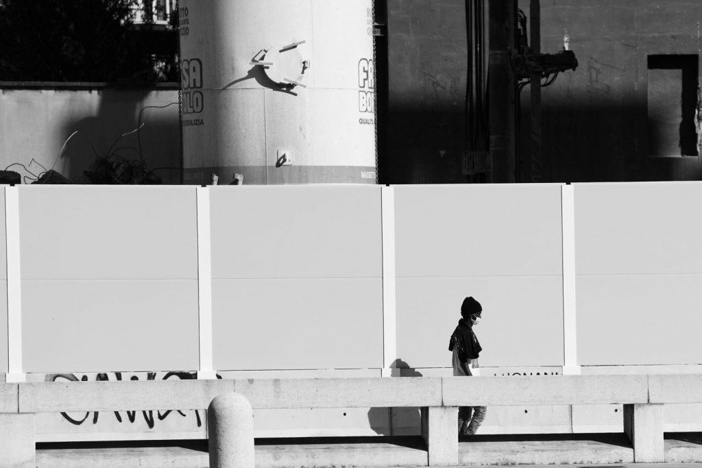 Una donna con una maschera cammina per le vie di Milano, foto di Vittorio Zunino Celotto per Getty