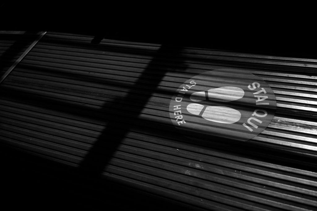 La segnaletica sui tram di Milano per mantenere il distanziamento sociale, foto di Vittorio Zunino Celotto per Getty
