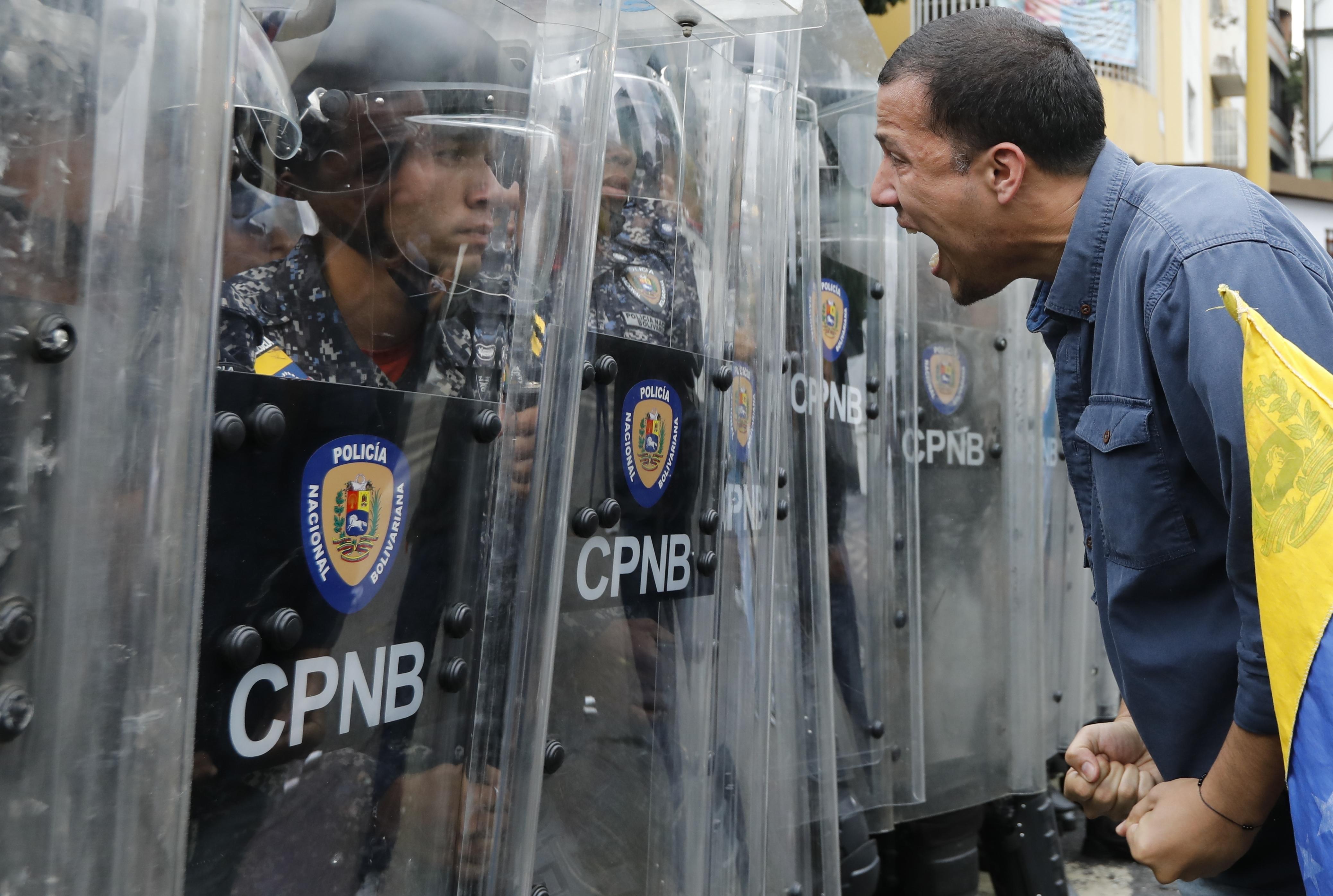 Venezuela, marcia dell'opposizione guidata da Juan Guaidò (LaPresse)