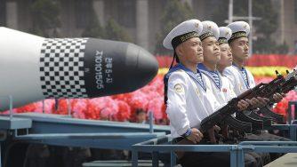 Marinai della Corea del Nord con missile Pukguksong (La Presse)