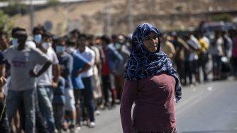 Migranti in strada dopo l'incendio che ha devastato il campo profughi di Moria a Lesbo (La Presse)