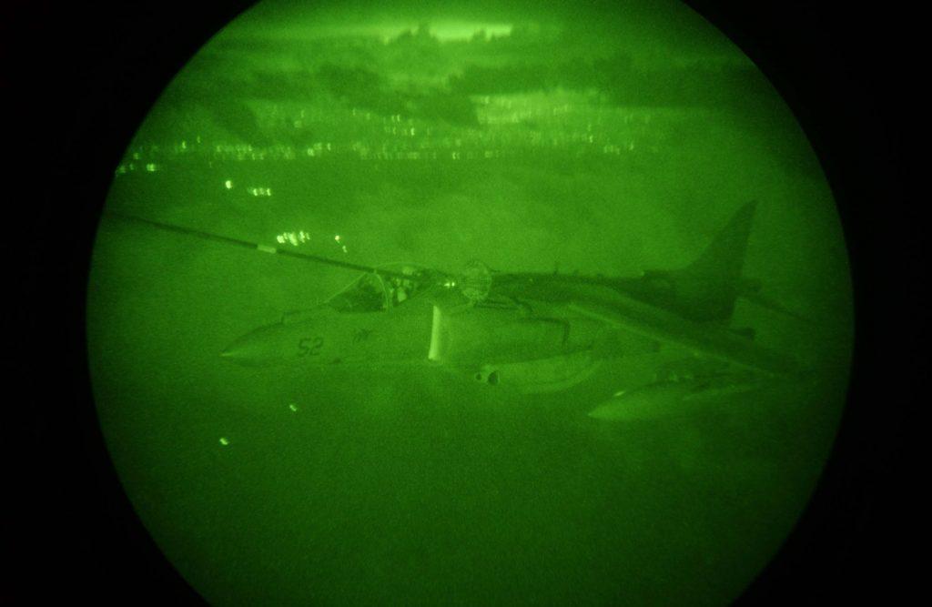 Un harrier di AV-8B durante l'attacco aereo a sostegno dei fanti che combattono sulla terra nelle vie di Fallujah (LaPresse)