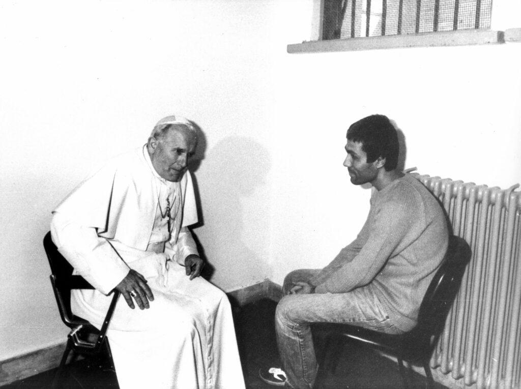 L'incontro tra Ali Agca e Giovanni Paolo II, il 27 dicembre 1983 (LaPresse)