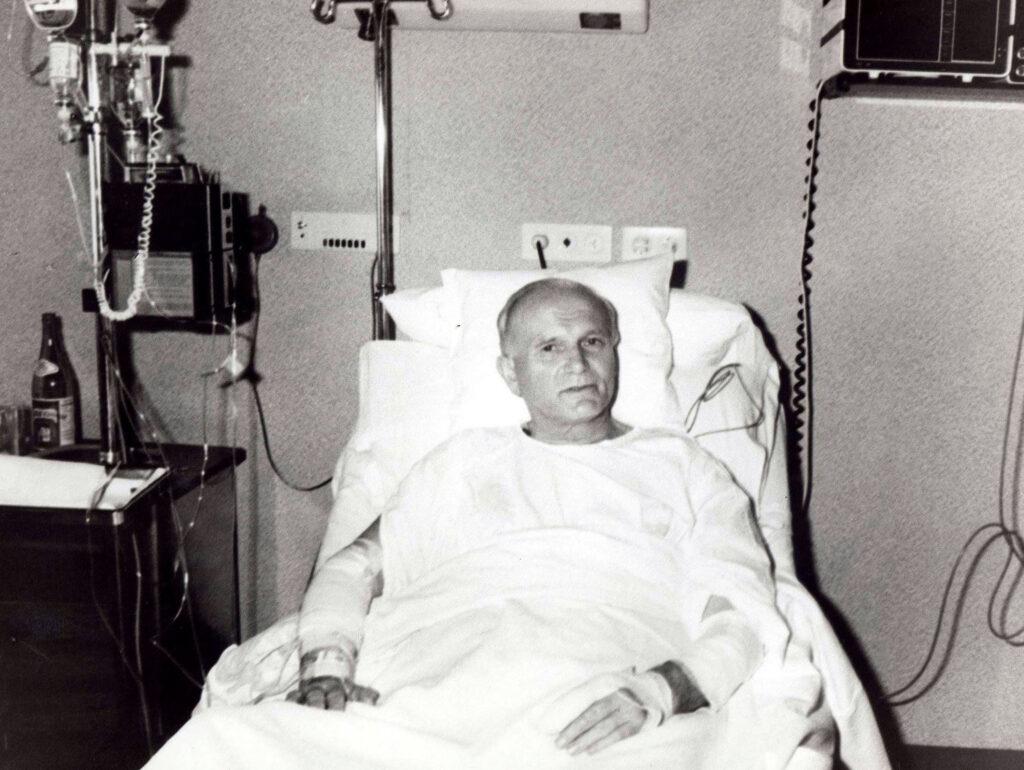 Giovanni Paolo II in ospedale (LaPresse)