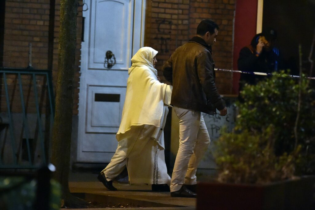 Il quartiere di Molenbeek la notte in cui venne arrestato Salah Abdeslam (LaPresse)