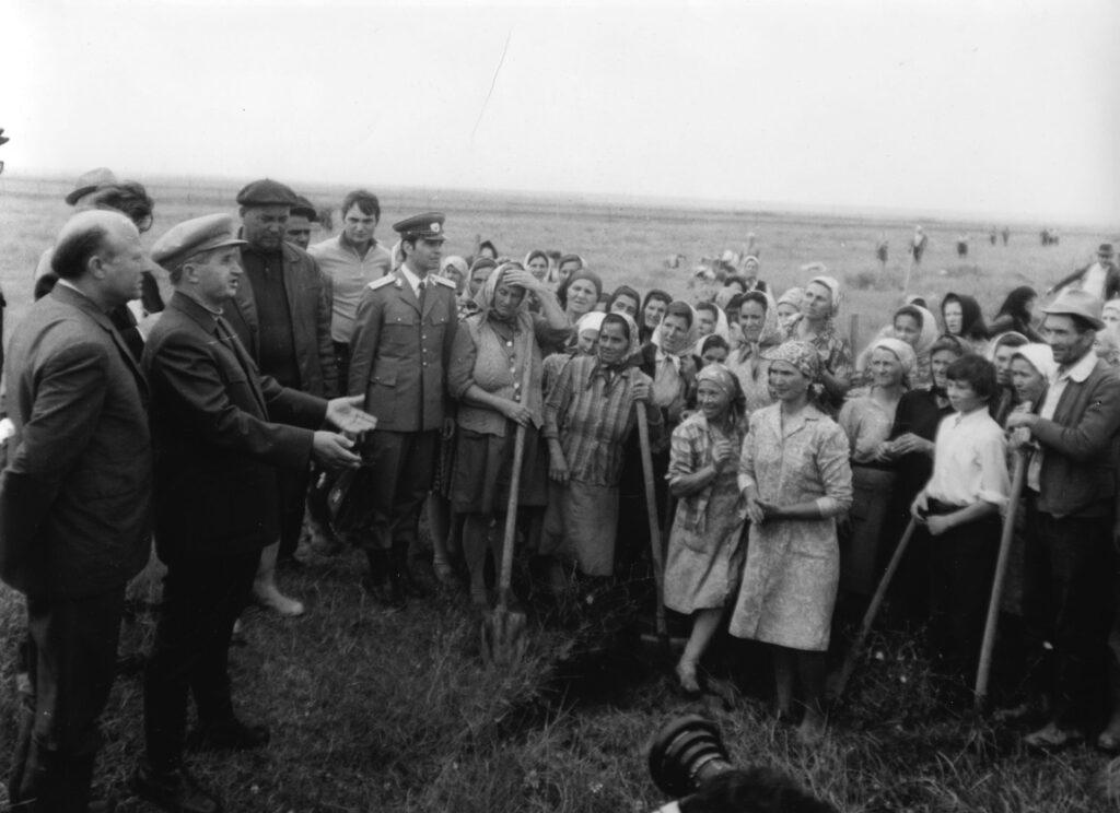 Nicolae Ceaucescu tra i contadini del villaggio di Ciochina